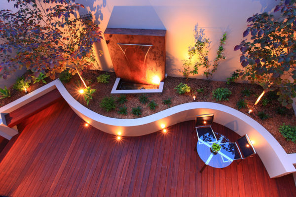 Curved wall courtyard landscape design
